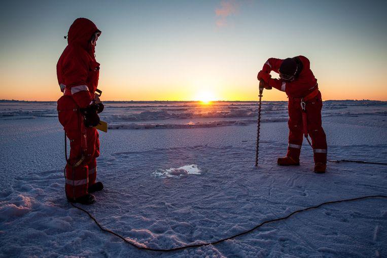 Duitse wetenschappers meten de dikte van het ijs op de noordpool. Beeld EPA