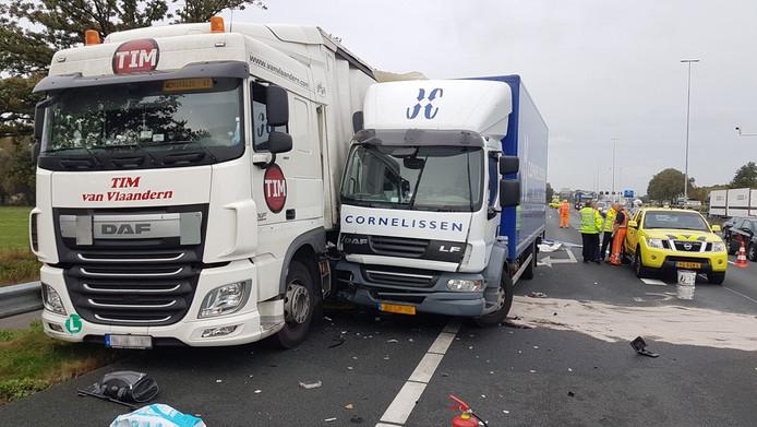 Liters diesel zijn op de snelweg gelekt door de vrachtwagenbotsing op de A12.