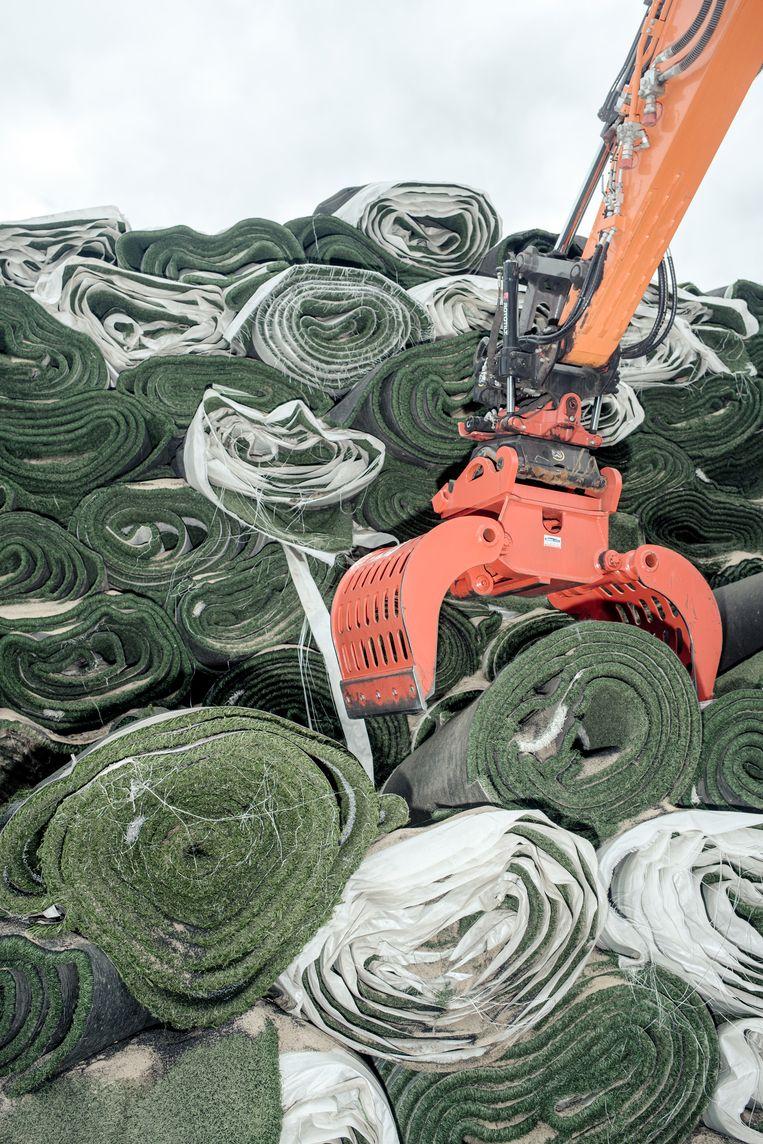 Sinds dit jaar staat er een fabriek in de Amsterdamse haven voor de recycling van kunstgrasvelden Beeld Jakob van Vliet