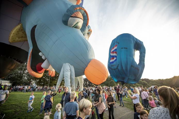 Twente Ballooning. Tientallen luchtballonnen gaan vanavond de lucht in vanaf Het Hulsbeek. Met op de foto 'De muis' uit Brazilië.