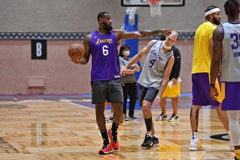 LeBron James werkt met de LA Lakers ontspannen een training af in een van de sporthallen van Disney World in Orlando. Beeld AFP