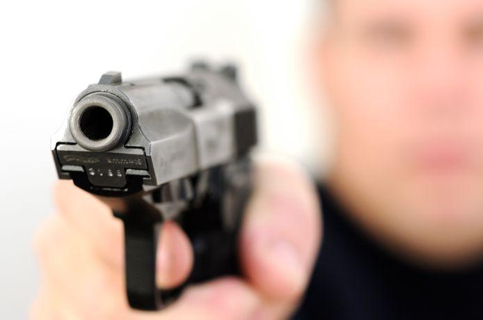 Het slachtoffer kreeg een pistool op zich gericht en werd opgesloten in zijn eigen bestelbus.