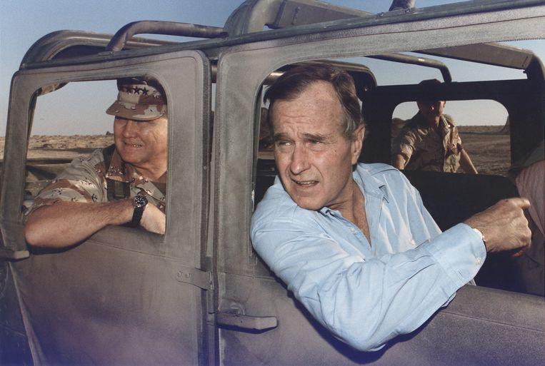 President George Bush en general Schwarzkopf tijdens de Eerste Golfoorlog in Saudi-Arabië. Beeld Hollandse Hoogte