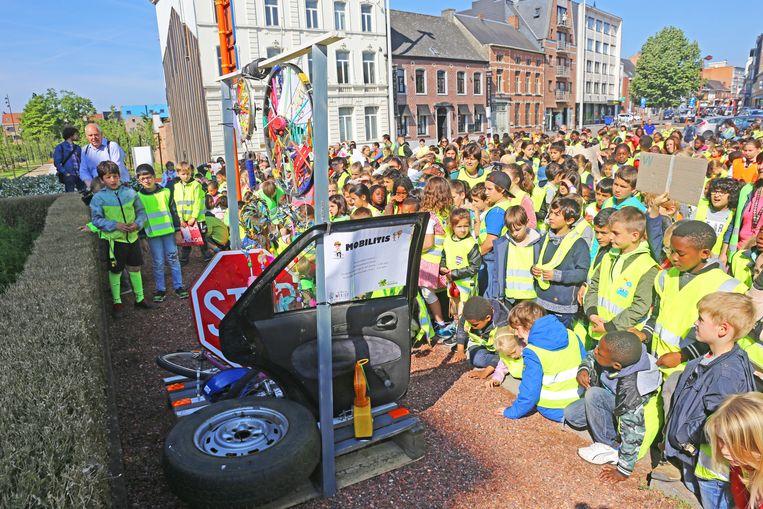 Voor het gemeentehuis werd ook een 'kunstwerk' onthuld dat de nadruk moet leggen op meer veiligheid.