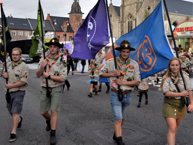 Een bonte verzameling scouts en oud-scouts trokken samen van het dorp naar de lokalen aan de Impse Dam.
