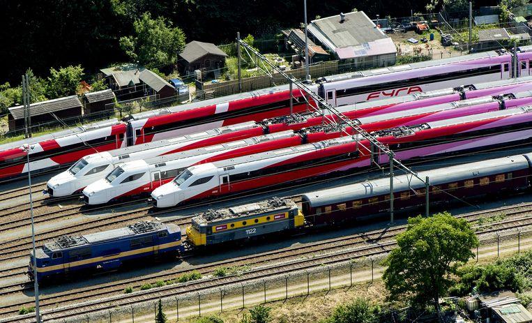 Stilstaande Fyra-treinen bij Amsterdam. Beeld Koen van Weel / ANP