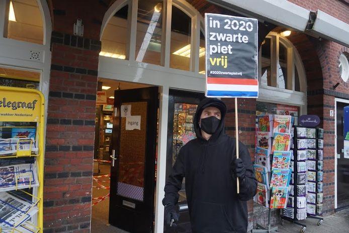 Kick Out Zwarte Piet voerde donderdagmiddag in Dordrecht actie tegen afbeeldingen van Zwarte Piet in winkeletalages.