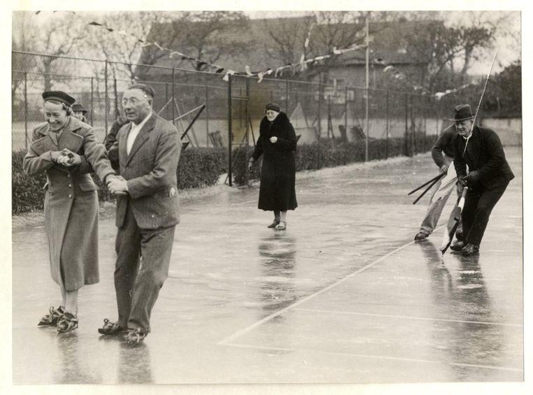 Eerste publiek geopende ijsbaan in Den Haag, 1937. Rechts Pim Mulier. Beeld anp