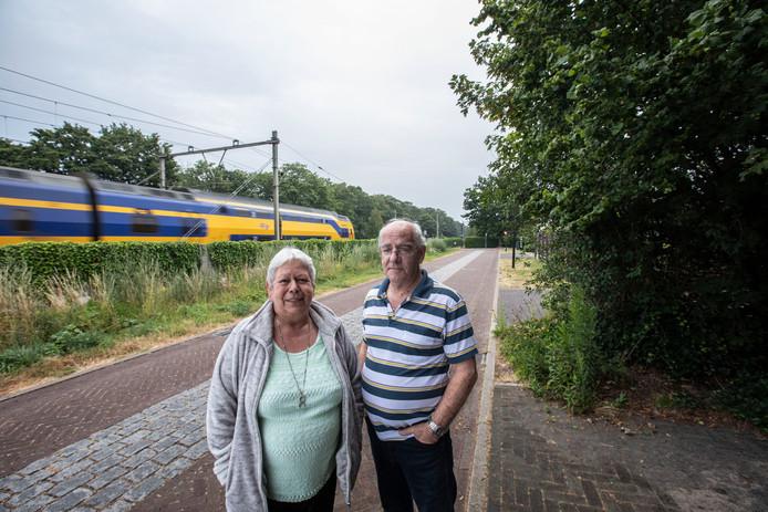 Fred en Dorine Swinkels wonen op Eeneind, pal aan het spoor.