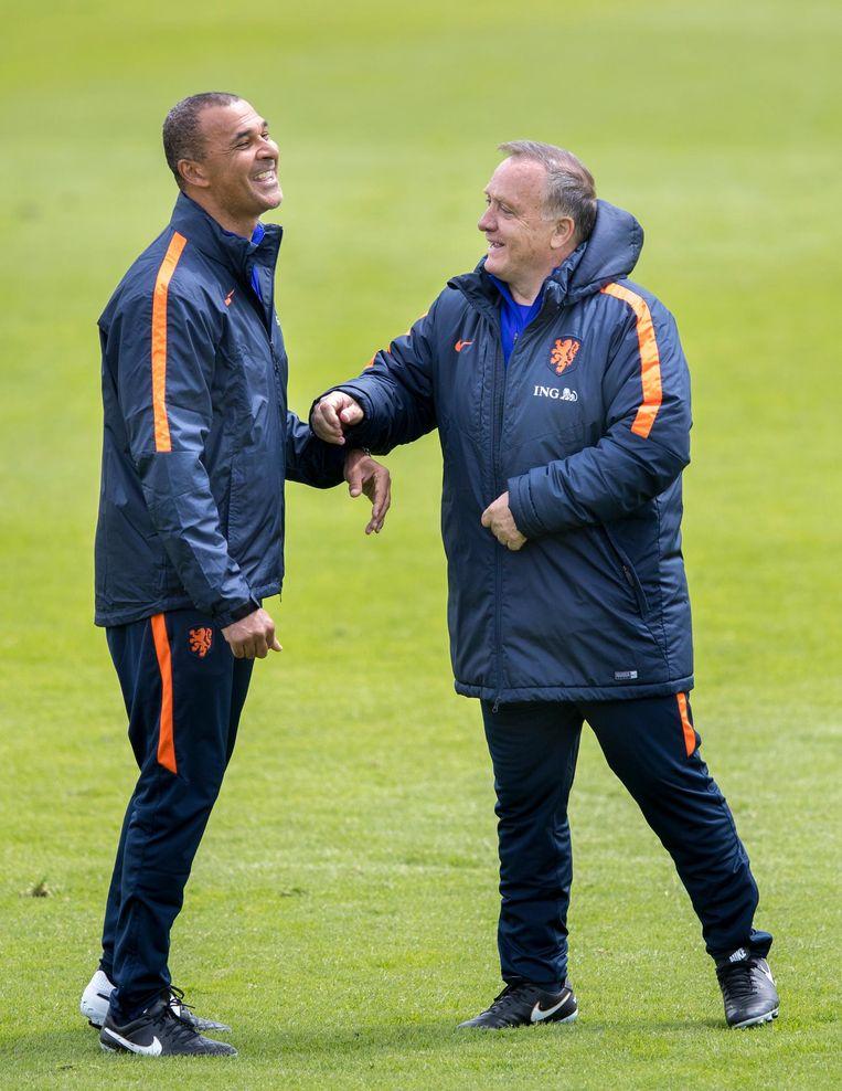 Ruud Gullit en Dick Advocaat dollen wat op de training. Beeld anp