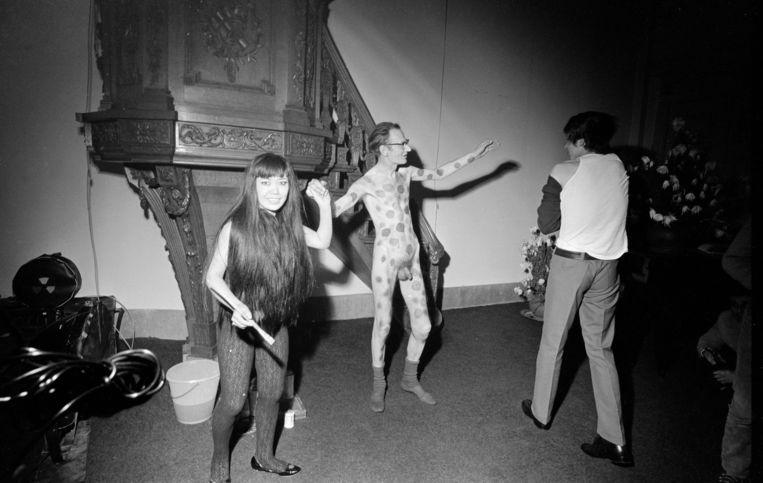 Kunstschilder Jan Schoonhoven wordt beschilderd door de Japanse kunstenares Yayoi Kusama, Stedelijk Museum Schiedam (1967) Beeld Hollandse Hoogte / Nederlands Fotomuseum