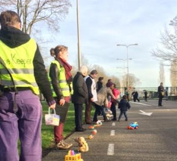 Demonstranten leggen speelgoed en knuffels neer bij vliegbasis Volkel.