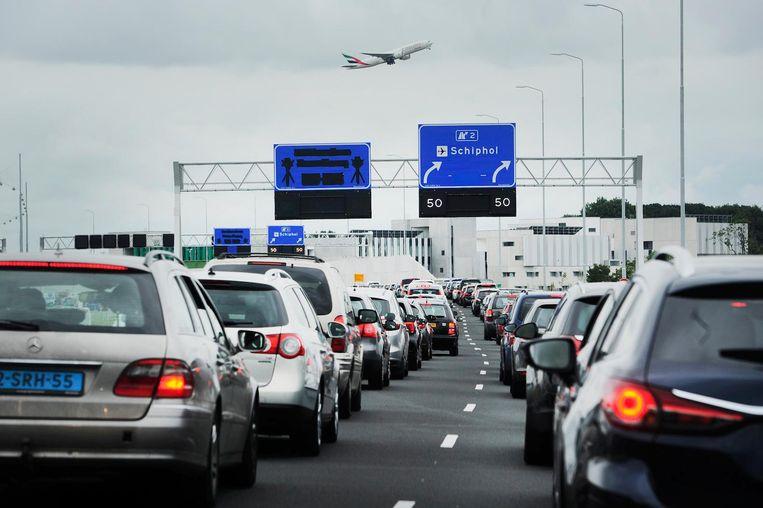 Op de snelweg A4 naar Schiphol staan lange files door extra controles van de marechaussee Beeld anp