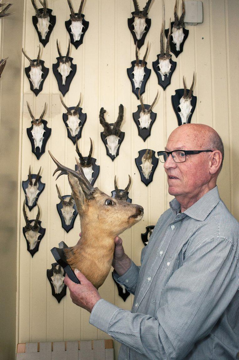 Woonerf-bewoner Hans Kalter met zijn reebokschedels: één met de natuur. Beeld Martijn van de Griendt
