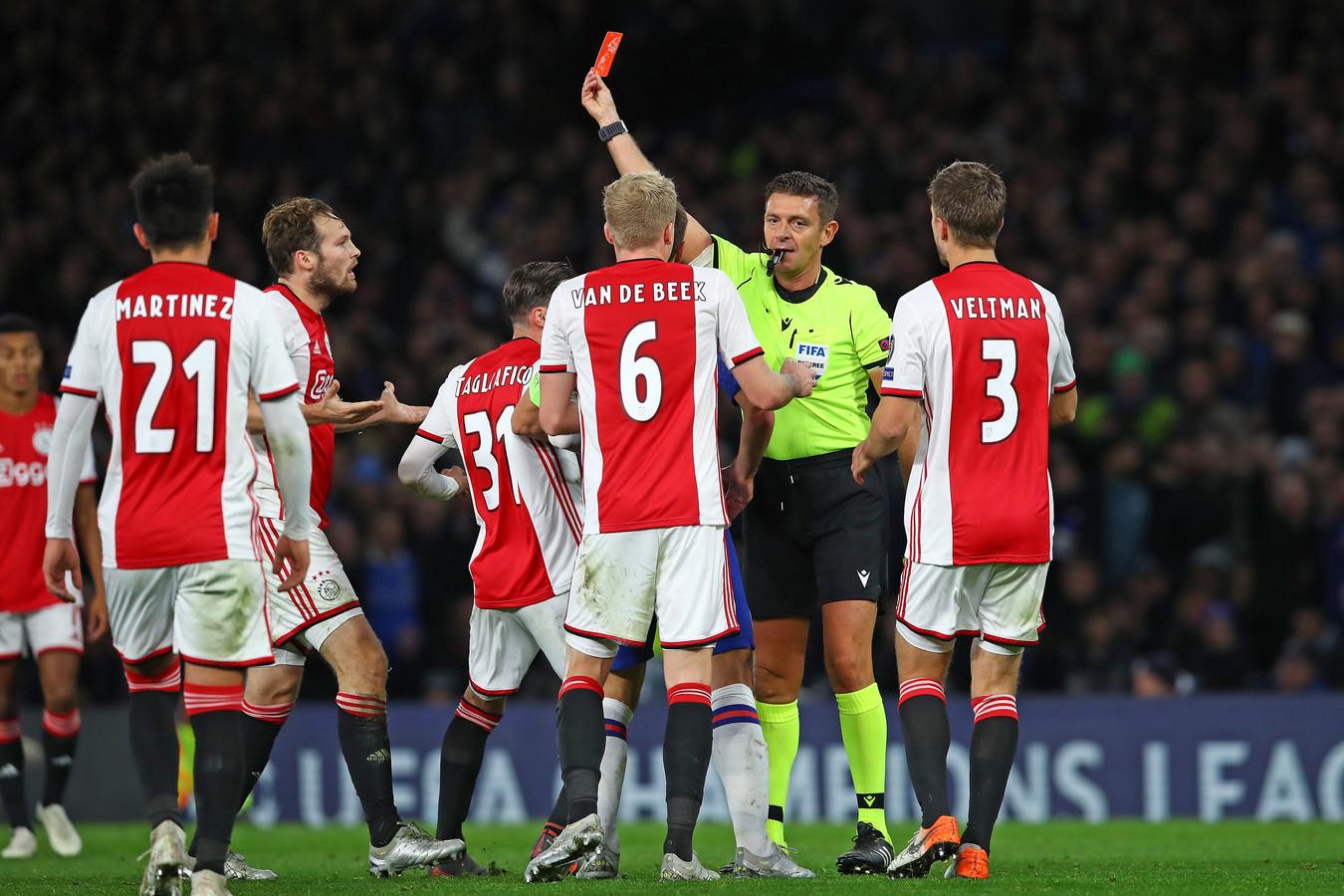 De spelers van Ajax begrijpen helemaal niets van de beslissing van scheidsrechter Gianluca Rocchi.