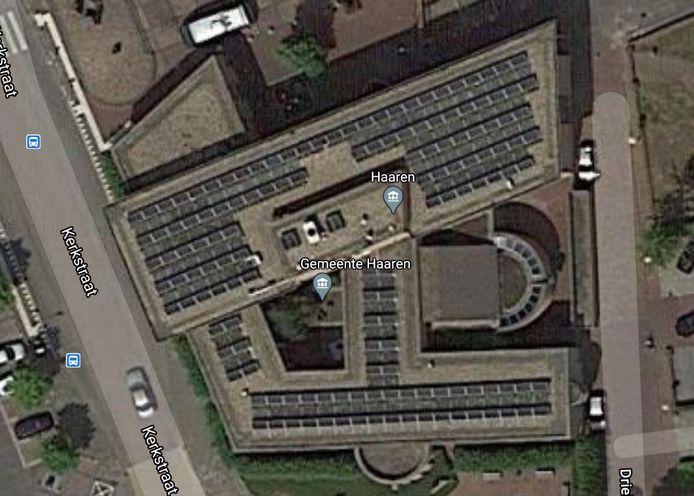 Het gemeentehuis van Haaren met links de binnenruimte waar de duiven broeden.