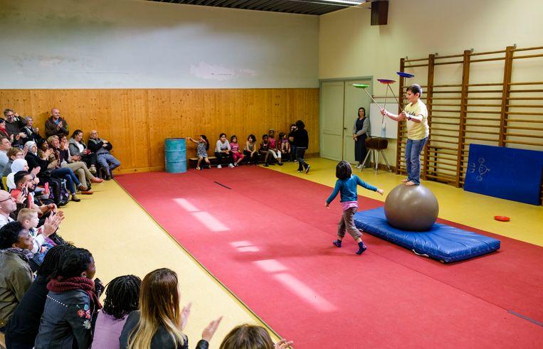 De kinderen van Circus Kummelé in actie tijdens een toonmoment.