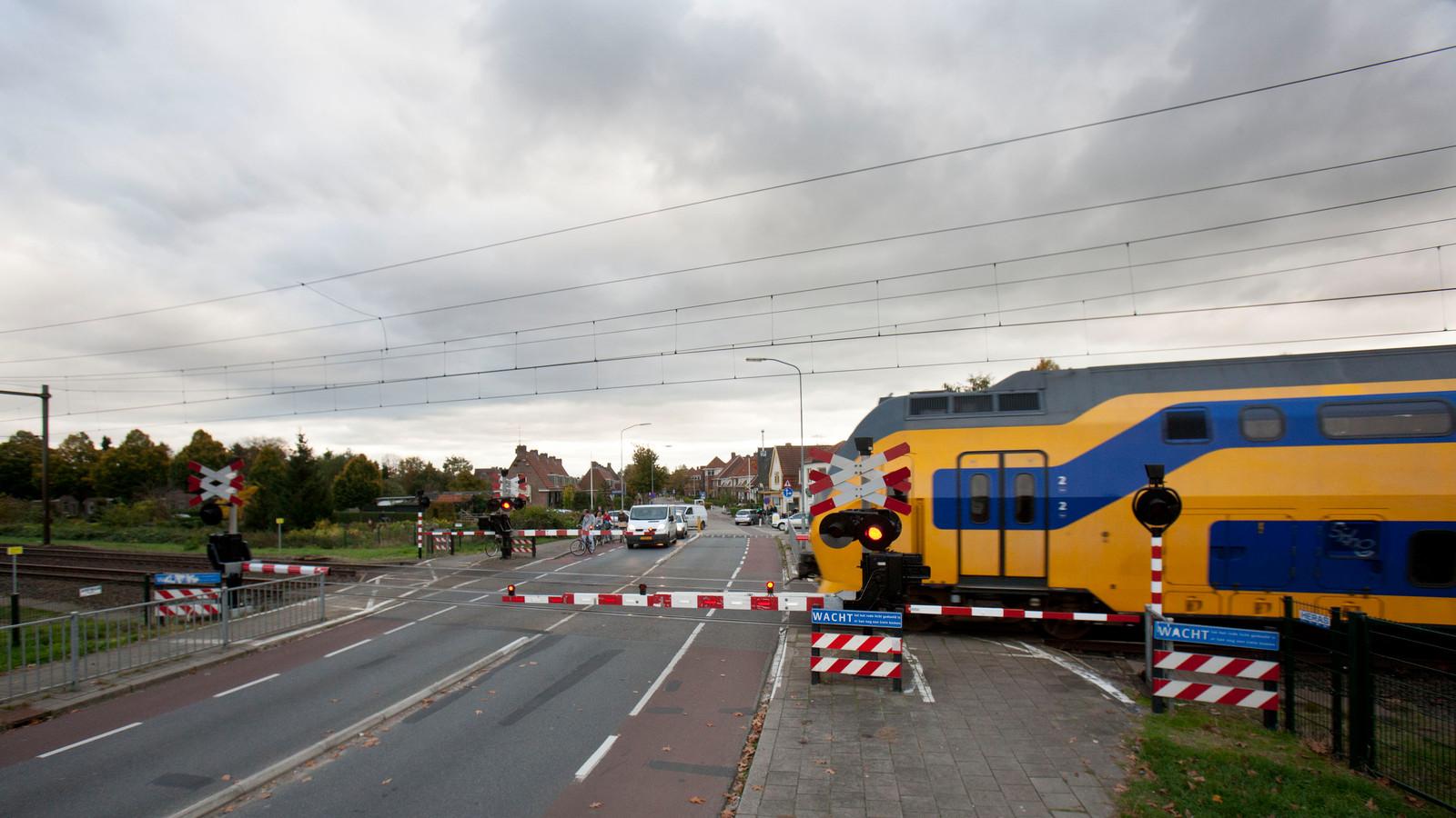 De spoorwegovergang aan de Kerkweg in Ede. De overgang blijft tot eind 2019 open voor al het verkeer en gaat dan dicht.