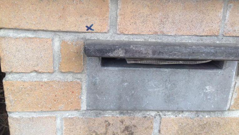 De postbode zette kruisjes op heel wat brievenbussen.