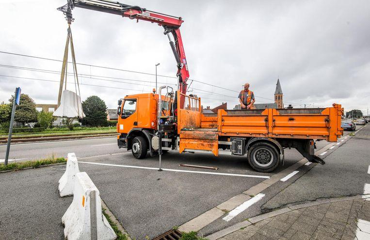 De stadsdiensten kwamen gisteren al de betonblokken wegnemen .