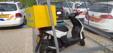 Dieven stelen scooter pizzabezorger en dumpen deze in bosjes bij Wageningen