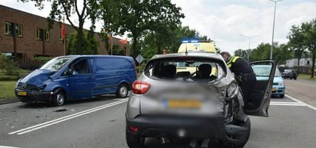 Auto's botsen in Almelo: gewonde en flinke schade