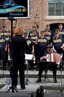 Toen in Woerden: nieuw uniform politie leek sprekend op outfit Woerdens koor