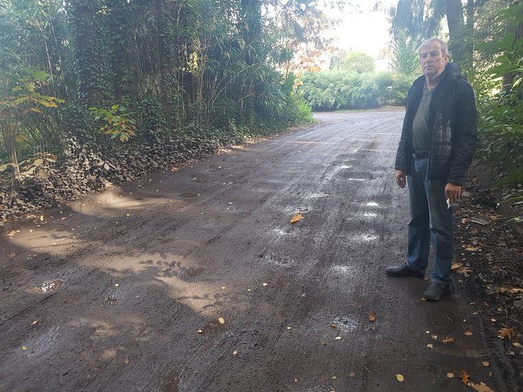 Willy De Proost bij enkele putten in de weg.