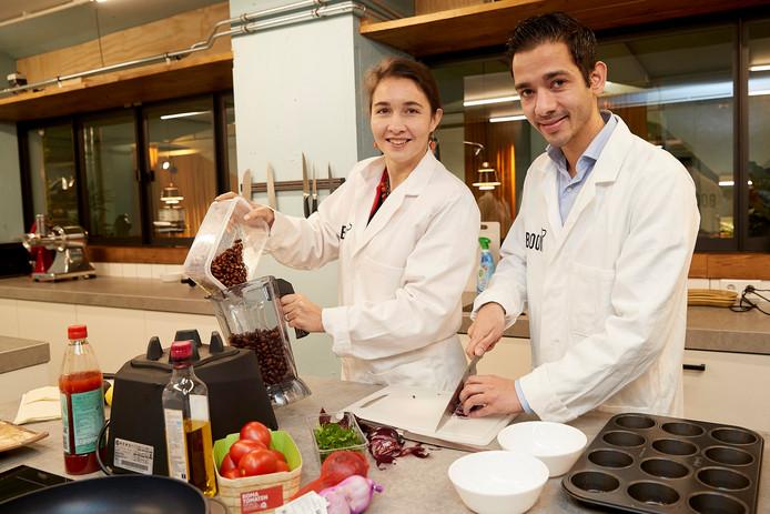 Michael Luesink met gedeputeerde Anne-Marie Spierings in de 'keuken' van het Bossche bedrijf BOON.