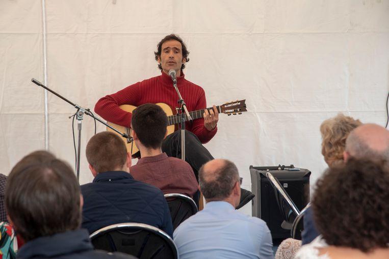 Zanger en muzikant Rui Oliveira brengt Portugese traditionals op de 5de verjaardag van Segredos de Portugal.