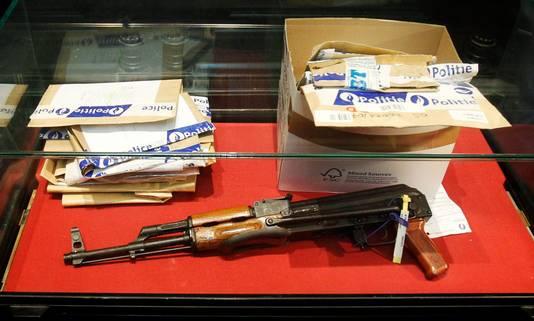 Bewijsstukken, waaronder een vuurwapen, in de zaak rond de moord op Kitty Van Nieuwenhuysen.