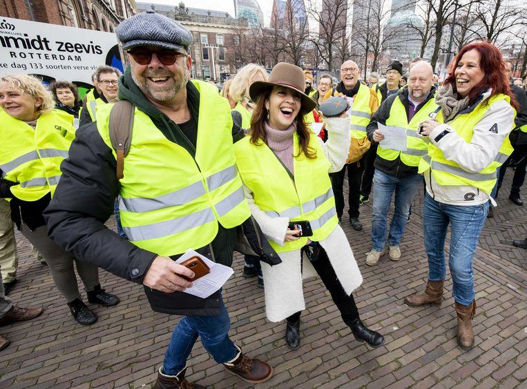 Opiniemakers Jan Dijkgraaf en Ebru Umar  demonstreren mee in gele hesjes op het Binnenhof, 1 december 2018. 'De gele hesjes-revolutie, daar wachtten rechtse columnisten al tijden op.' Beeld ANP