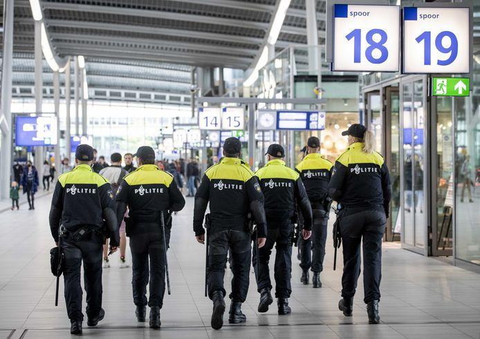 Politieagenten van de Mobiele Eenheid (ME) afgelopen zomer op station Utrecht Centraal, toen ongeregeldheden werden verwacht bij een verboden demonstratie tegen de 1.5 meter-maatregel.
