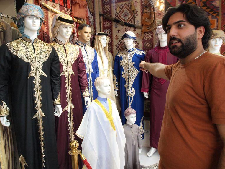 Mohammed Mohamedawi wijst op de duurdere modellen. Beeld Judit Neurink