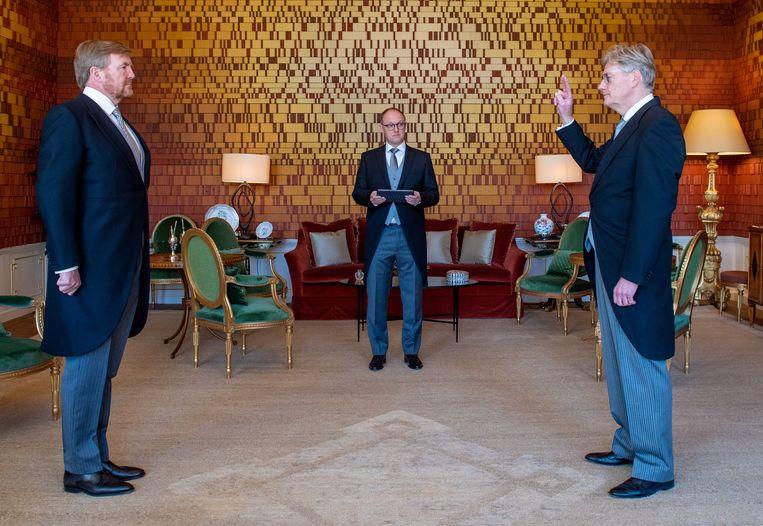 Koning Willem-Alexander beëdigt Martin van Rijn beëdigd als nieuwe minister voor Medische Zorg.  Beeld ANP