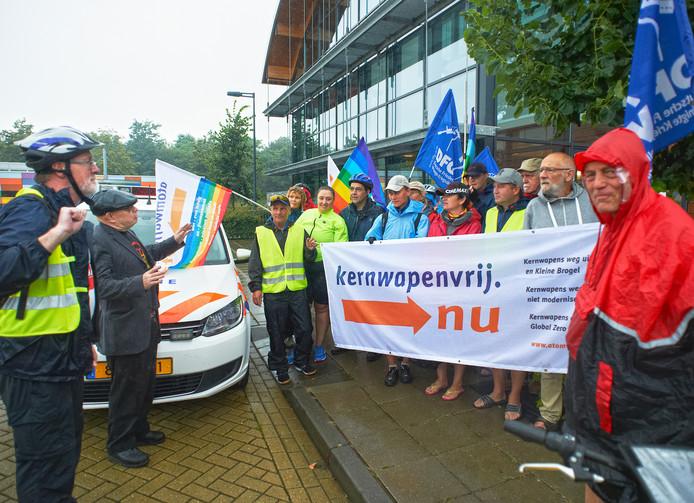 Een groep Duitse demonstranten voert actie tegen de komst van kernwapens in Volkel.