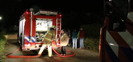 Brandweer legt gasfles in het zwembad om te koelen na brand