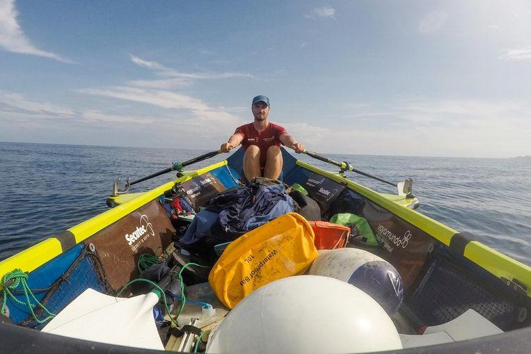 Jelle Veyt in zijn boot tijdens zijn expeditie. In oktober wil hij zijn roeitrip beëindigen.