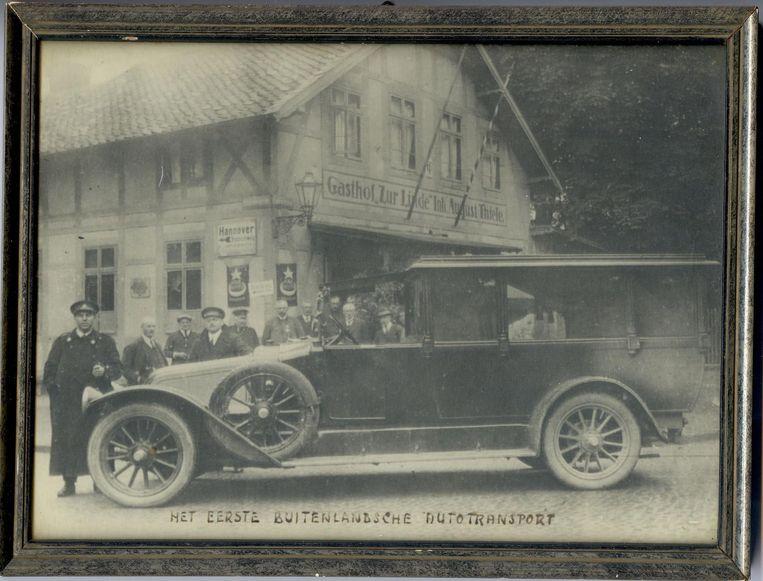 Het lichaam van een overleden Nederlander wordt vanuit Duitsland gerepatrieerd met een speciale transportauto, omstreeks 1930. In die tijd werden bij begrafenissen vooral koetsen gebruikt. Beeld Museum Tot Zover