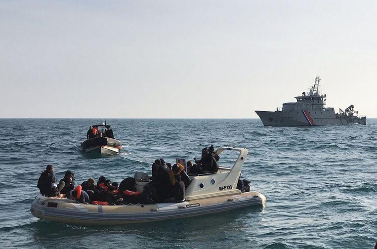 Migranten wagen zich de afgelopen weken steeds vaker in kleine bootjes aan de oversteek naar Engeland. (Archiefbeeld) Beeld AFP