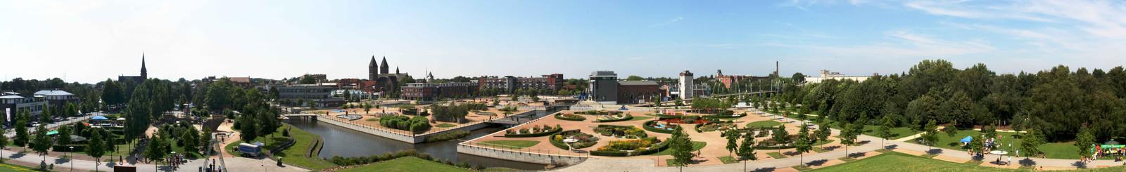 Zicht op het centrum van Gronau, met op de voorgrond het Lagapark met het Rock'n Popmuseum.