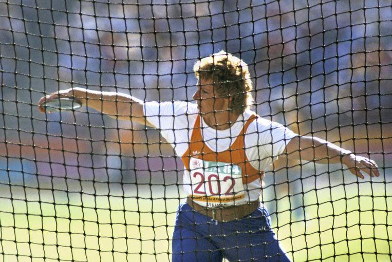 Ria Stalman tijdens het discuswerpen op de Olympische Zomerspelen in Los Angeles. Ze gooit 65.36 meter en wint goud Beeld anp