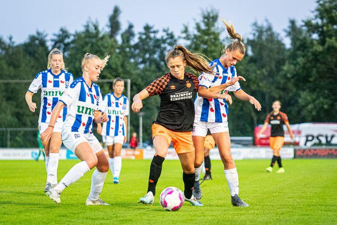 Tegen de vrouwen van Heerenveen scoorde Joëlle Smits twee keer.