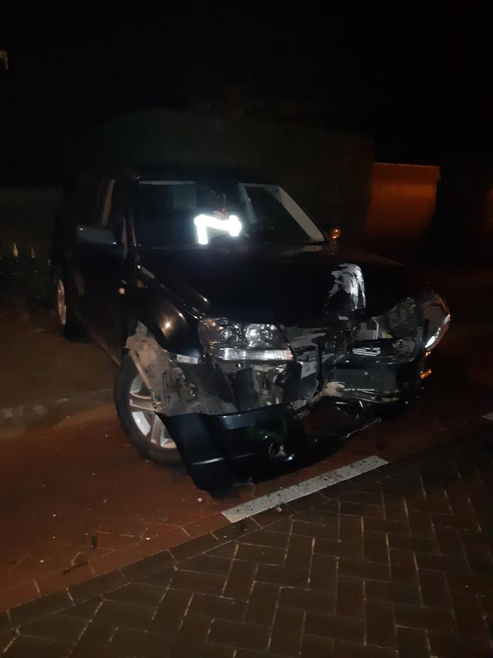 Lantaarnpaal door auto geramd in Veghel