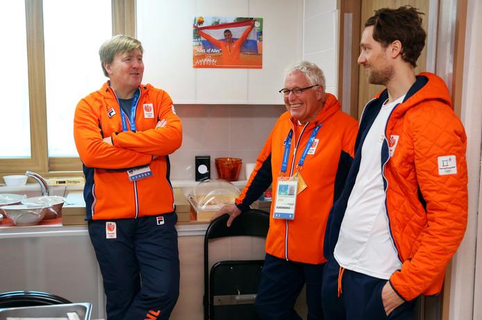 Cees-Rein van den Hoogenband (midden) met koning Willem-Alexander in het olympisch dorp tijdens de Olympische Winterspelen van Pyeongchang.