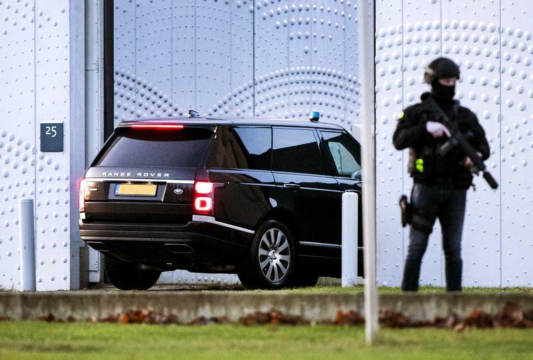 Een beveiligde auto komt aan bij de extra beveiligde rechtbank op Schiphol voor een zitting in het grote liquidatieproces Marengo.