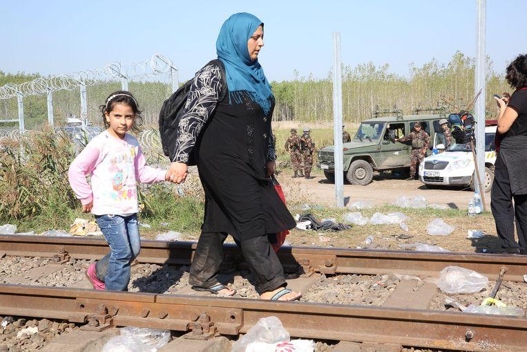 De grens tussen Servië en Hongarije is bijna helemaal afgesloten voor vluchtelingen. Alleen via een spoorweg lopen nog migranten de grens over.