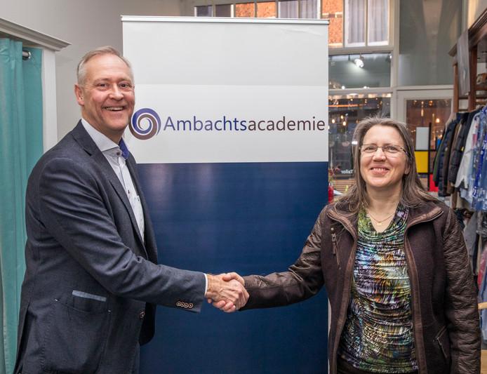 Links de leermeester, ambachtelijke ondernemer en orthopedisch schoenhersteller Rob Jansen, en rechts leerling Ina Hendrikse.