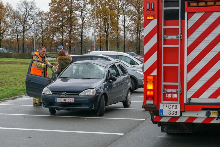 De wagen raakte zwaar beschadigd maar er vielen gelukkig geen gewonden.