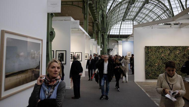 Nog geen topdrukte op Paris Photo. Op de openingsdag is het reusachtige aanbod aan foto's (bijna tweehonderd stands) nog goed te bekijken. Vaak staat het publiek in het weekeinde rijendik voor de foto's. Beeld